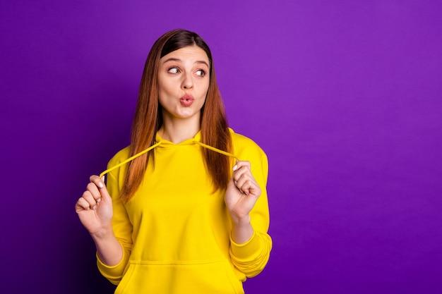 Urocza ładna hipsterska ruda młoda dziewczyna w bluzie z kapturem