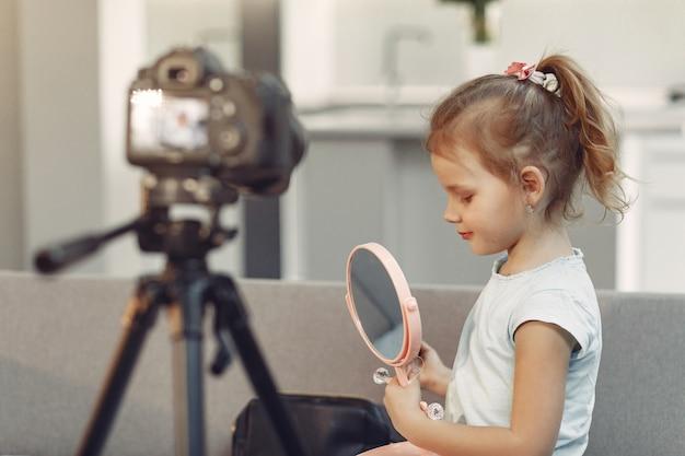 Urocza mała blogerka z kosmetykami nagrywająca wideo w domu