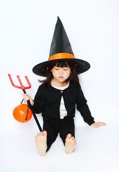 Urocza mała dziecko halloween czarownica siedzi