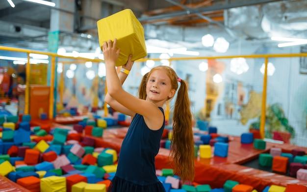 Urocza mała dziewczynka bawi się miękkimi kostkami