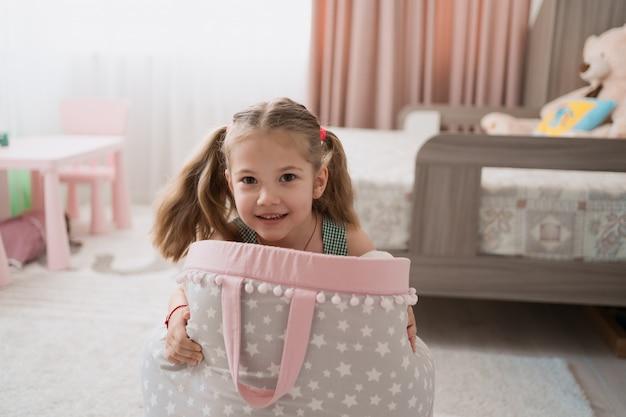 Urocza mała dziewczynka bawić się w ich pokoju