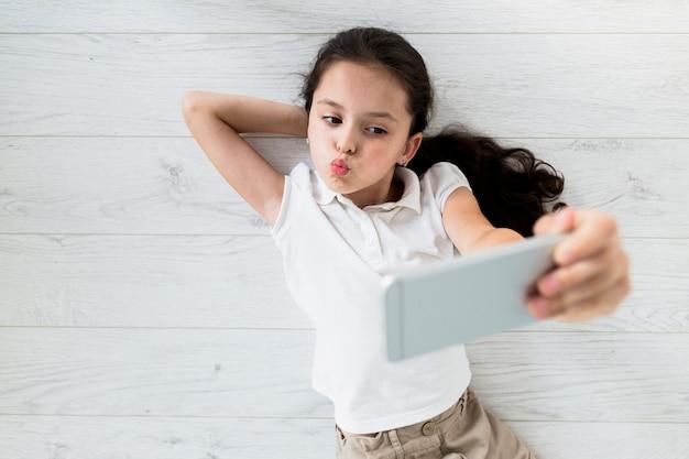Urocza mała dziewczynka bierze selfie