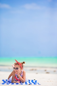 Urocza mała dziewczynka cieszy się plażowych letnie wakacje