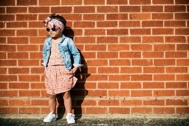 Urocza mała dziewczynka fashionista ulica styl