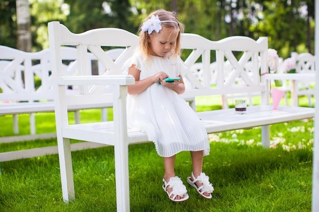 Urocza mała dziewczynka na ceremonii ślubnej