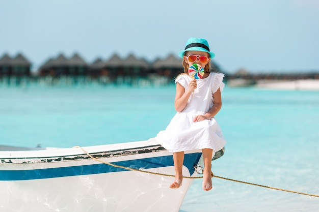 Urocza mała dziewczynka na łodzi podczas wakacje
