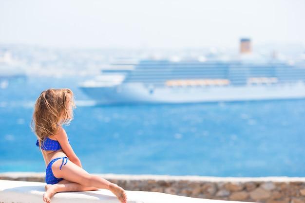 Urocza mała dziewczynka patrzeje morze śródziemnomorskie