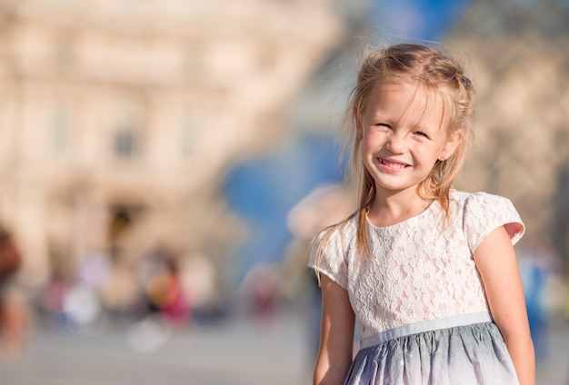 Urocza mała dziewczynka podczas letnich wakacji w paryżu
