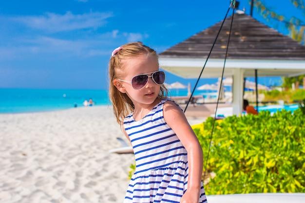 Urocza mała dziewczynka podczas wakacji
