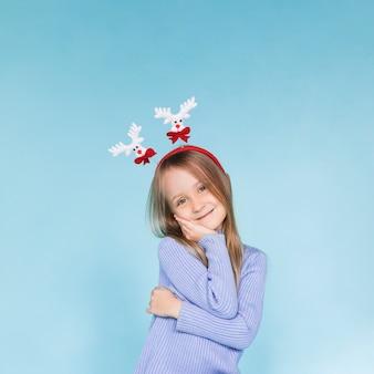 Urocza mała dziewczynka pozuje modę
