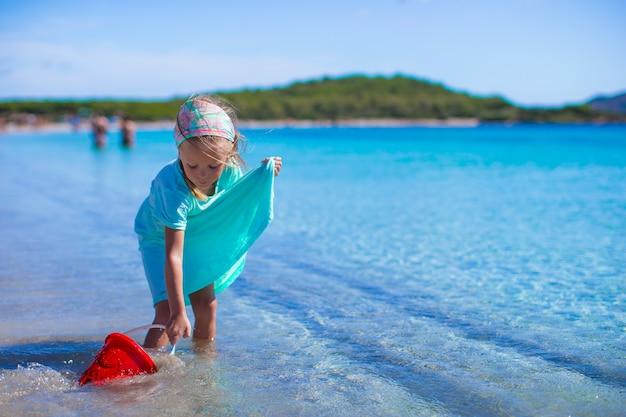Urocza mała dziewczynka przy biel plażą podczas tropikalnego wakacje