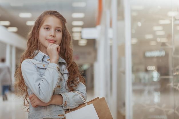 Urocza mała dziewczynka przy zakupy centrum handlowym