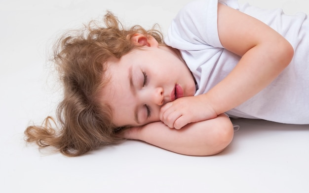 Urocza mała dziewczynka śpi
