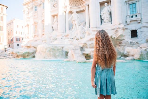 Urocza Mała Dziewczynka Trevi Fountain, Rzym, Włochy. Premium Zdjęcia
