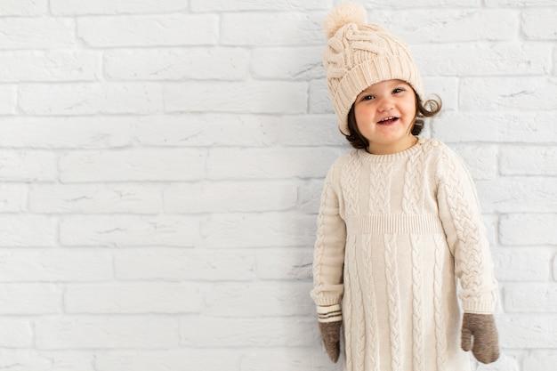 Urocza mała dziewczynka ubrana zimą