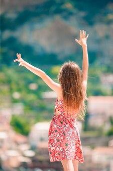 Urocza mała dziewczynka w ciepły i słoneczny letni dzień w miejscowości positano we włoszech
