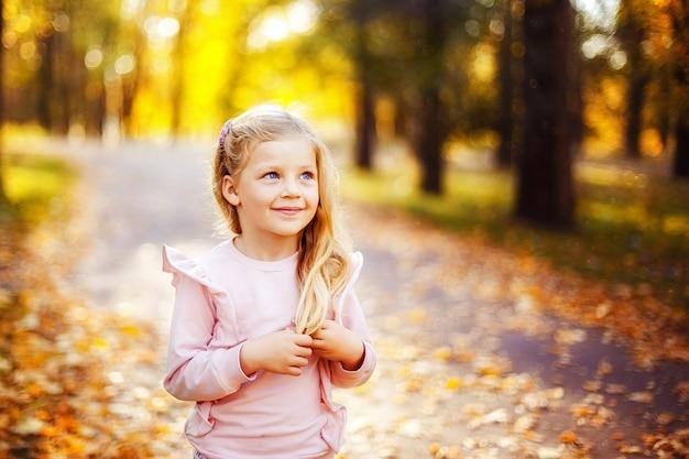 Urocza mała dziewczynka w parku