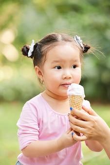 Urocza mała dziewczynka z lodami