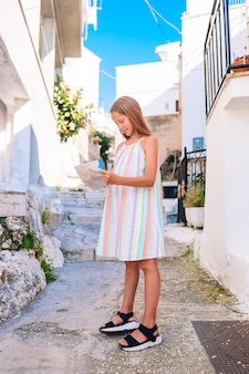Urocza Mała Dziewczynka Z Mapą Europejski Miasto Outdoors Premium Zdjęcia
