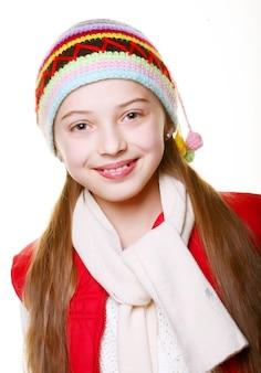 Urocza mała dziewczynka z ubraniami na zimę