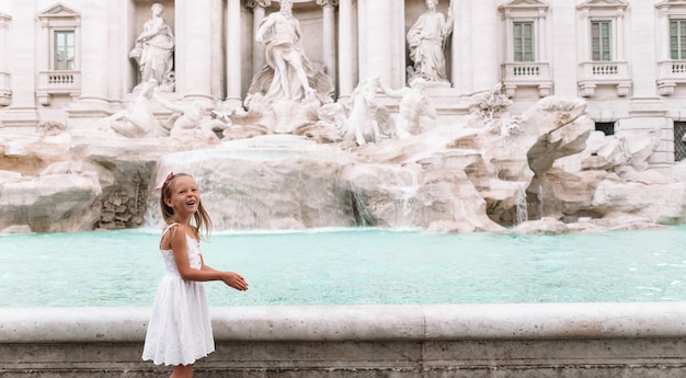 Urocza małej dziewczynki tło trevi fontanna, rzym, włochy.