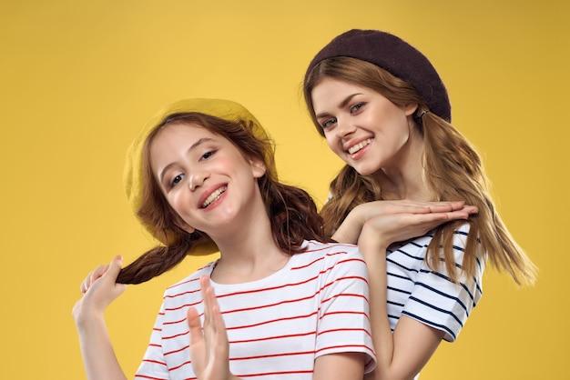 Urocza mama i córka przytulają zabawne studio rozrywkowe