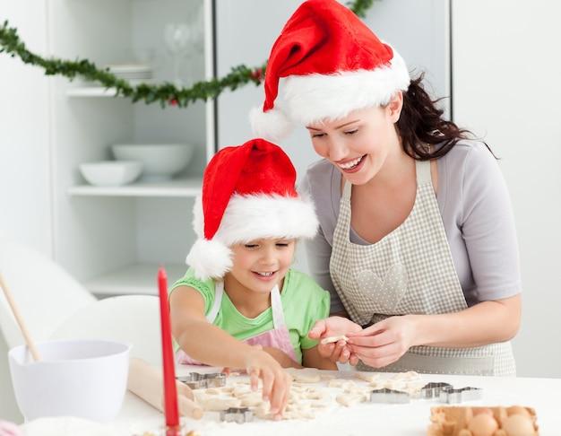 Urocza matka i córka przygotowuje świąteczne ciasteczka