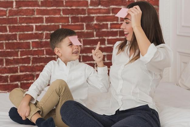 Urocza matka i syn gra