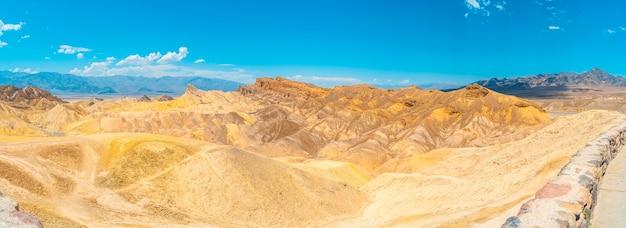 Urocza mieszanka kolorów z punktu widzenia zabriskie point w dolinie śmierci w kalifornii. stany zjednoczone