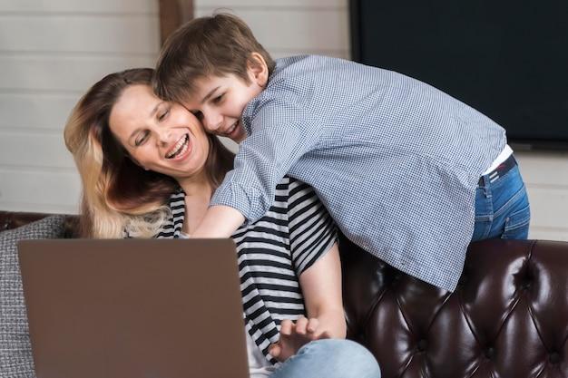 Urocza młoda chłopiec bawić się z jego matką