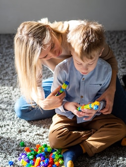 Urocza młoda chłopiec bawić się z zabawkami