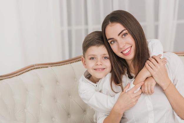 Urocza młoda chłopiec trzyma jego mamy