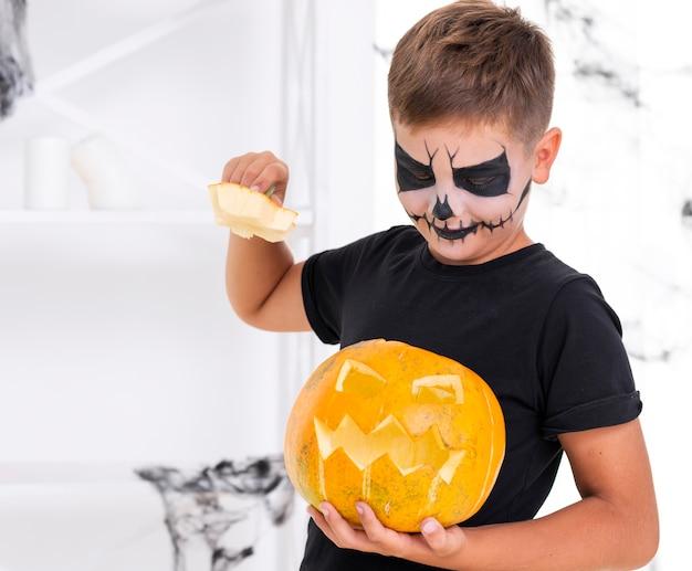 Urocza młoda chłopiec trzyma złą bani