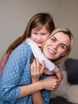 Urocza młoda dziewczyna bawić się z matką