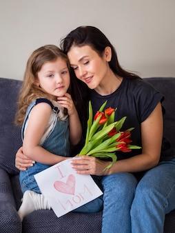 Urocza młoda dziewczyna i matka razem