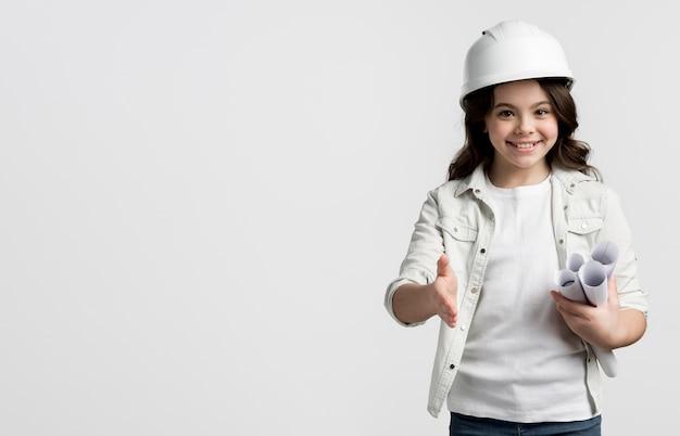 Urocza młoda dziewczyna pozuje z kopii przestrzenią