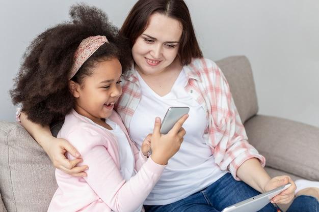 Urocza młoda dziewczyna szczęśliwa być w domu z matką