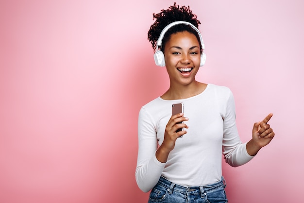 Urocza młoda dziewczyna z radością słucha muzyki