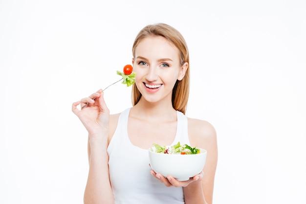 Urocza młoda kobieta je zdrową żywność
