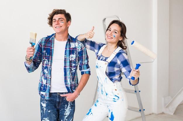 Urocza młoda para robi remont w mieszkaniu.