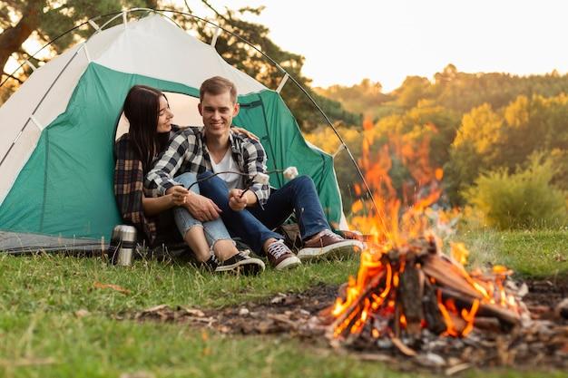 Urocza młoda para spędza czas na łonie natury