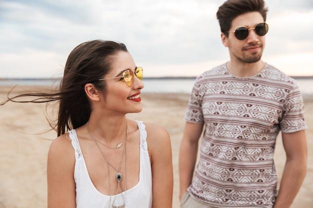 Urocza młoda para spędzająca zabawny czas na plaży?