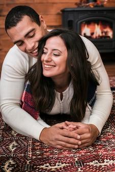 Urocza młoda para w miłości