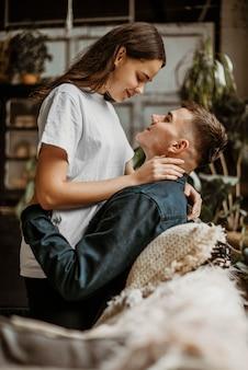 Urocza młoda para zakochanych
