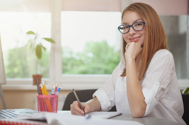 Urocza nastolatka studiująca przed egzaminami