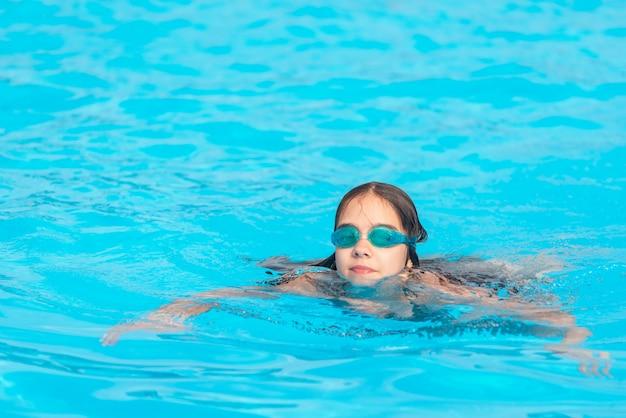 Urocza nastolatka w wodoodpornych okularach