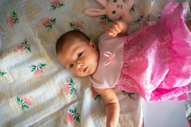Urocza noworodka dziewczynka w różowej sukience
