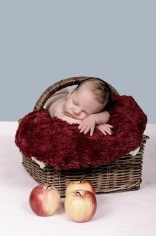 Urocza noworodka śpiąca w wiklinowym koszu