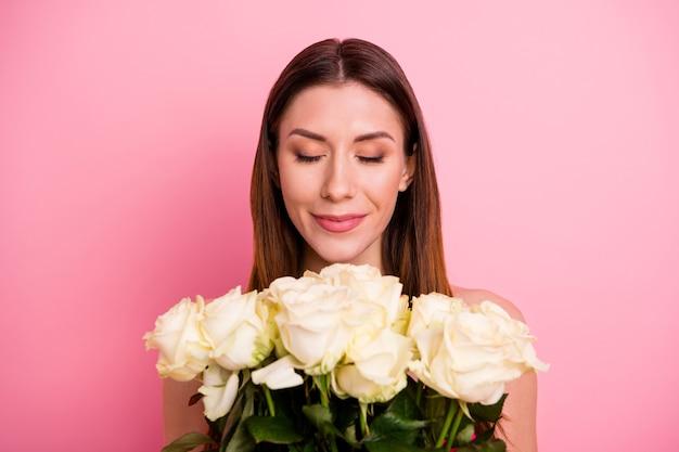 Urocza pani pozuje z bukietem róż