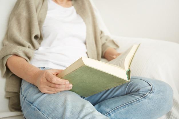 Urocza pani w średnim wieku, która lubi spędzać czas w domu i czytać